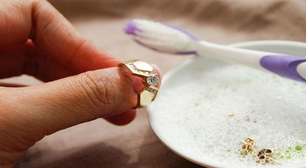 Membersihkan Perhiasan Tembaga, sumber : Simply Fresh Laundry